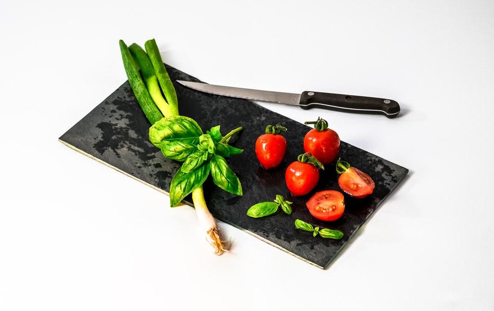 野菜を包丁で切る様子